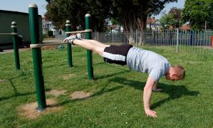Nên tập thể dục trong phòng gym hay ngoài trời?