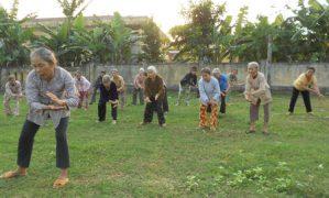 Lớp học thể dục ngoài trời dành cho người già