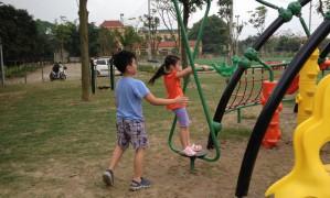 Cần khuyến khích trẻ vận động ngoài trời
