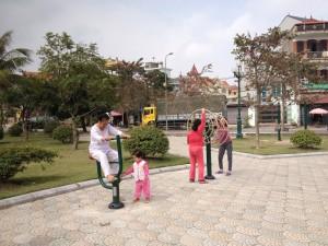 Cong-Vien-Thach-Ban,-Long-Bien,-Ha-noi-(70)
