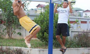 Nguy hiểm chết người khi tập thể dục dưới lòng đường