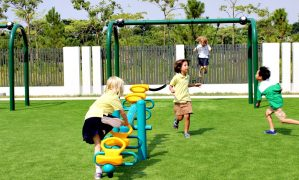 Sân điền kinh hiện đại được xây ngay trên nóc trường tiểu học