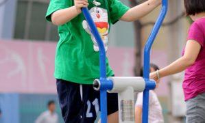 Trẻ em đang phải nhường sân chơi cho người lớn