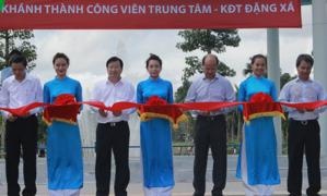 Bộ Trưởng XD Trịnh Đình Dũng cắt băng khánh thành công viên trung tâm – Khu ĐT Đặng Xá